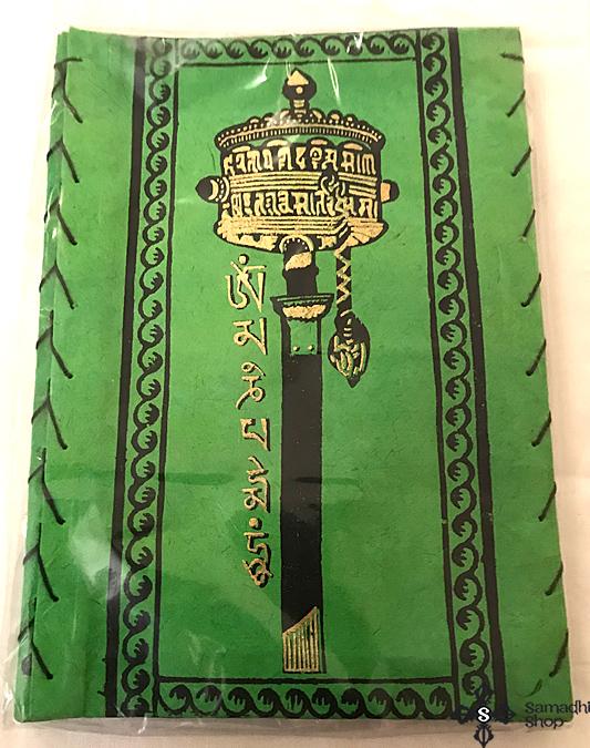 Nepáli Lampion Om Mani Padme Hum Mantrával és Kézi imamalom szimbólummal zöld színben
